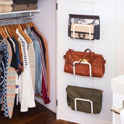 Procurez-vous un dispositif de rangement de porte pour garder vos sacs en toute sécurité