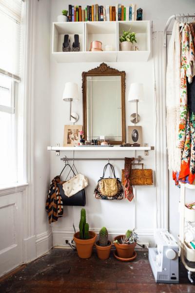 Installez un support sous votre meuble-lavabo ou votre bureau