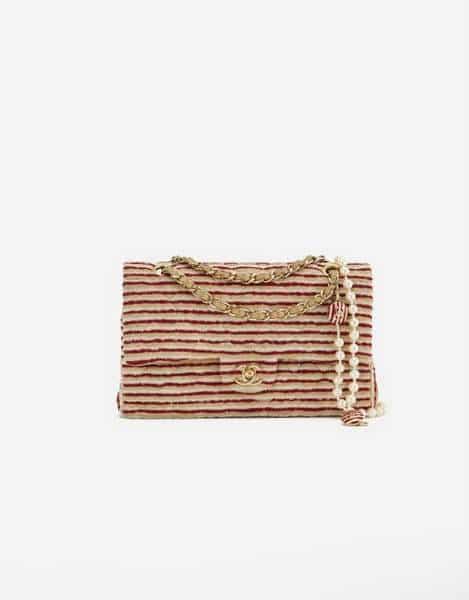 Une édition limitée de Chanel Timeless Medium en tissu et perles en rouge et blanc