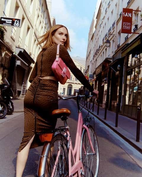 Femme à vélo dans Paris en sac Fendi