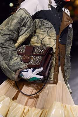 Nouveaux sacs à monogramme volent la vedette au défilé automne 2020 de Louis Vuitton