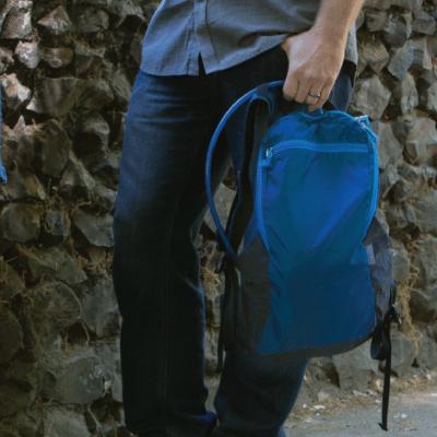 Un petit sac à dos pour protéger votre sac à main pendant une randonnée