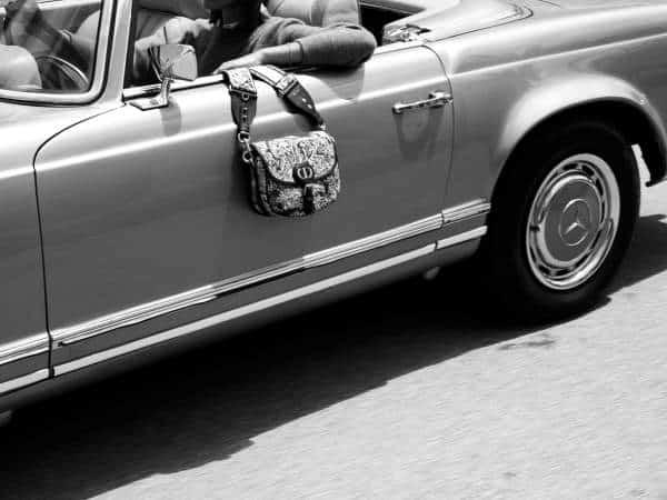 Voiture Mercedes avec un sac Dior
