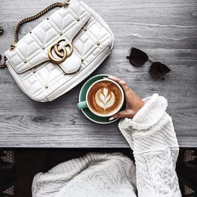 Gucci Marmont avec un café