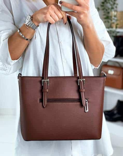 Femme élégante portant un sac à main marron