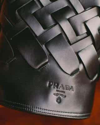 Seau noir Prada avec détail motif tissé