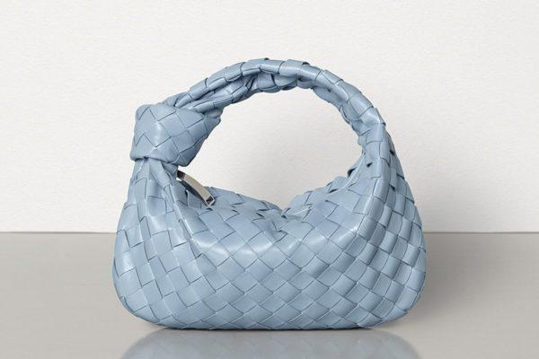 Le «bleu classique» est à la mode et ces sacs le prouvent