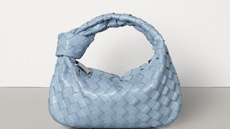 """Le """"bleu classique"""" est à la mode et ces sacs le prouvent"""