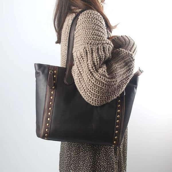 Femme portant un sac à main brun espresso