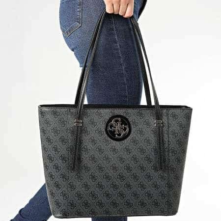 Femme d'affaires portant un sac à main anthracite