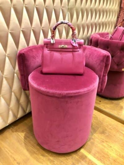 Rose Pourpre Hermès 25cm Kelly et chaise Fendi assortie à Strolz, Lech, Autriche