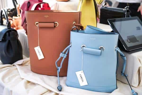Les sacs Le Huit de Lancel en bleu ciel & beige en exposition