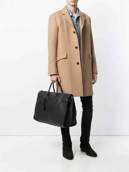 Homme portant un grand sac de jour Saint Laurent noir